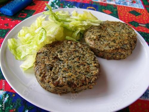 hamburger vegetariano con insalata