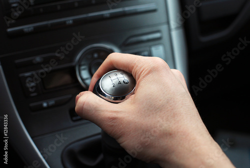 Fotografija hand on manual gear shift knob
