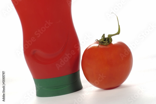 Photo  tube de sauce tomate avec une tomate