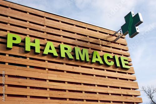 Poster de jardin Pharmacie Enseigne pharmacie sur un bâtiment en bois