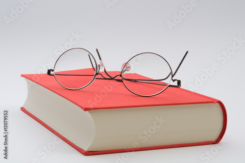 Fotografía  Lesebrille auf rotem Buch