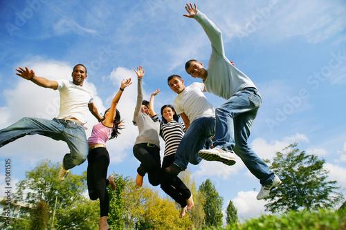Fotomural  hommes et femmes souriants sautant en l'air