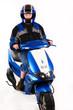 Junger Mann mit Motorroller