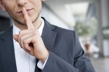 Mann In Anzug Legt Finger Auf Lippen