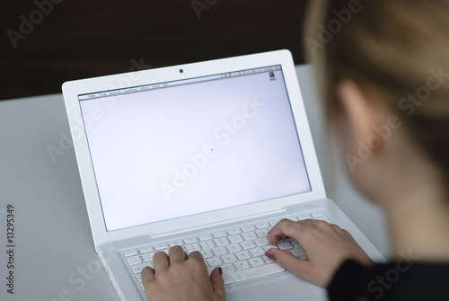 Fotografie, Obraz  blonde frau sitzt an computer bildschirm