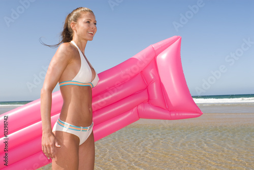 Fotografie, Obraz  Frau mit Luftmatratze am Meer