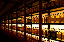 棚に並んだたくさんのボトル