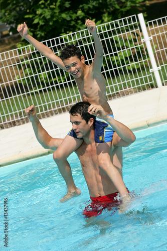 Fotografie, Obraz  homme avec enfant à la piscine