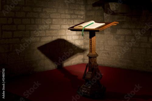 Fotografie, Obraz  biblia en atril dentro de la iglesia