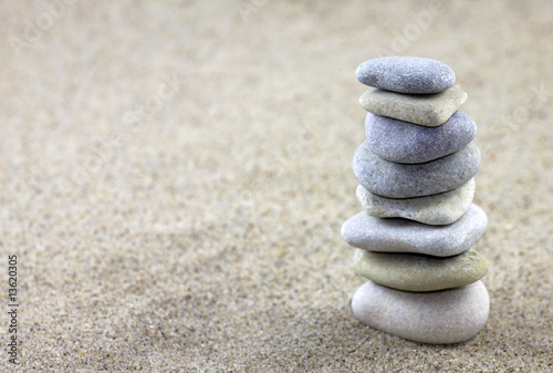 Tuinposter Stenen in het Zand Balancing pebbles placed on sand