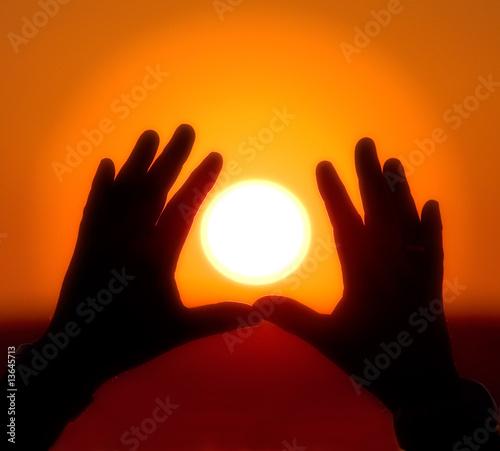 fototapeta na szkło Sun into hands