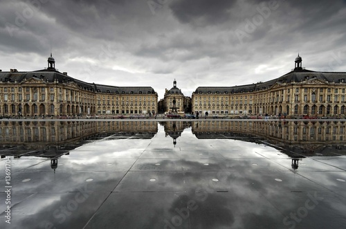 Fotomural Reflets sur la place de la Bourse - Par temps couvert