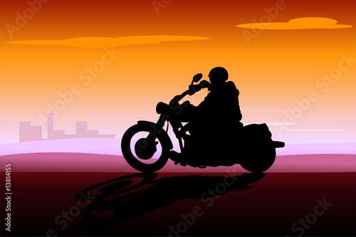 Poster Motocyclette motociclista al tramonto sulla città