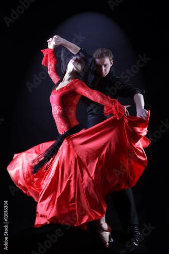 tancerze-w-akcji-na-czarnym-tle