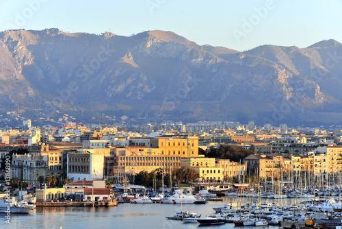 La pose en embrasure Palerme Italien, Sizilien, Palermo, Hafen