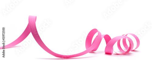 Photo  image d'un ruban de cadeau rose détouré sur fond blanc