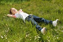 Mädchen Entspannt Im Gras