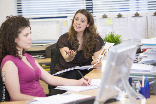 Women having an argument at work Fototapet
