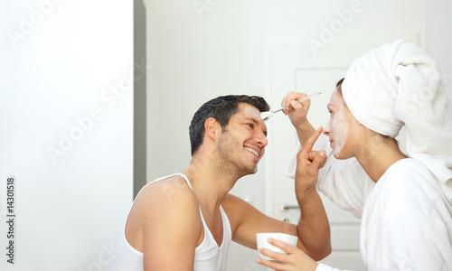 wellness paar zuhause mit gesichtsmaske