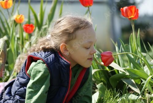 Fototapeta Dziewięcioletnia dziewczynka na tle kwiatów obraz