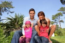 Familia Feliz Sonriendo En Un Parque