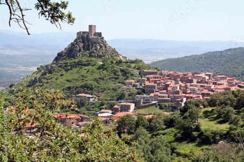 Dorf Burgosmit Burg aus dem 12. Jh. (Sardinien)
