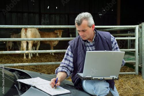 Fotografie, Obraz  agriculteur travaillant sur un ordinateur portable