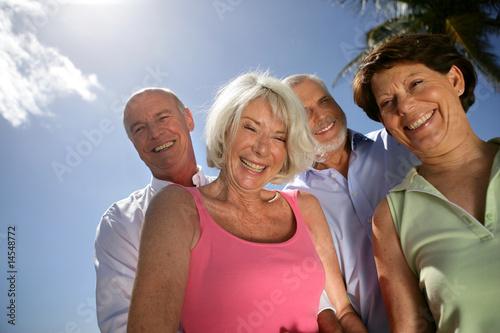 Fotografia  quatres séniors souriants