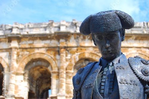 Photographie Statue de toréador et arènes de Nîmes