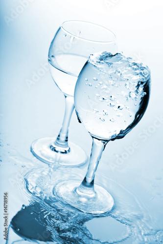 Papiers peints Eau pure water splashing into glasses