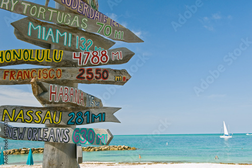 Valokuva  signpost on beach in key west florida