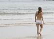 Adolescente paseando por la playa