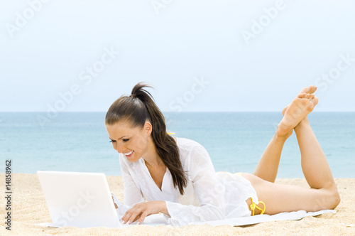 cb29fec0dcaf Hübsche Frau mit Laptop am Strand - Buy this stock photo and explore ...
