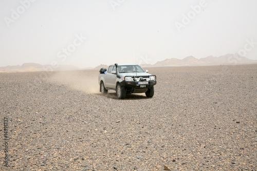 pustynna-podroz-w-burzy-piaskowej