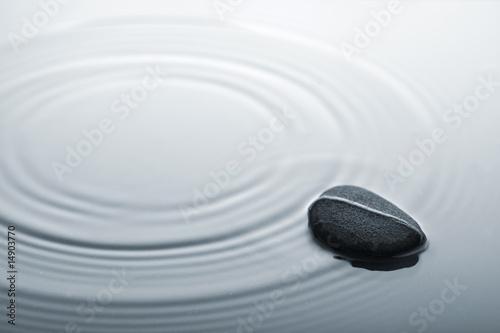 Doppelrollo mit Motiv - zen konzept, stein in gewelltem wasser