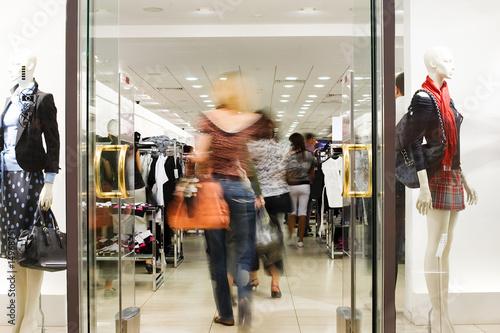 Fotomural  Shoppers at shopping center