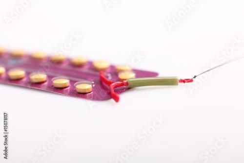 Foto op Plexiglas Spiraal Antibabypille und Spirale, Verhütung
