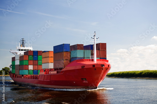 Fotografia  cargo container ship on river