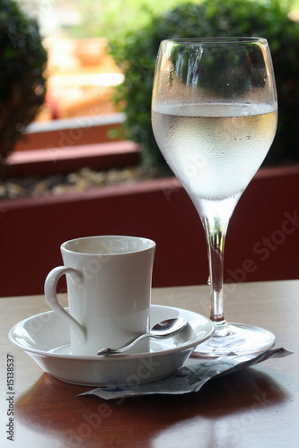 Acrylic Prints Coffee bar Café, verre d'eau, billet euros