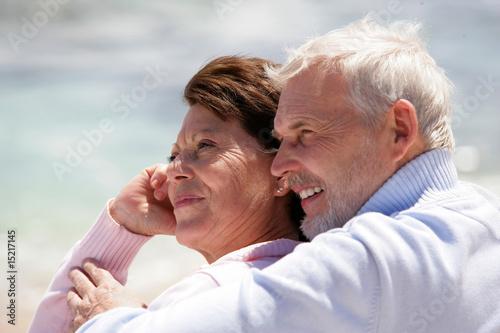 Portrait d'un couple de seniors souriants au bord de la plage Canvas Print