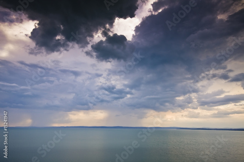 Poster Mer / Ocean cloudy sky over the lake