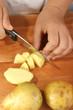 Kartoffeln werden für eine Kartoffelsuppe vorbereitet