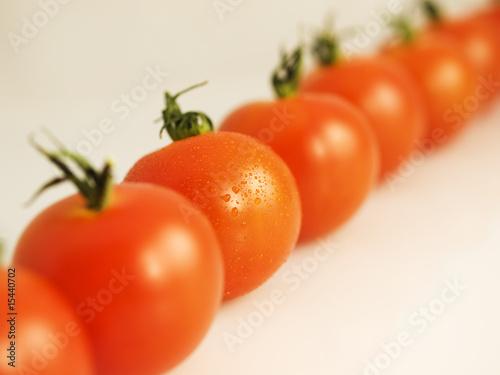 świeże pomidory w szeregu