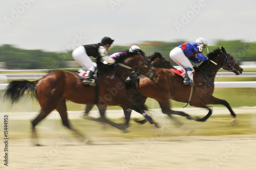 Fotografia Slow shutter, racing jockeys and horses