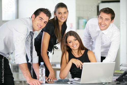 Fotografía  Portrait de groupe de commerciaux en réunion au bureau