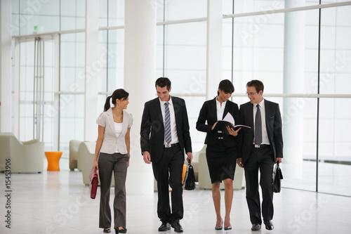 Fototapeta Cadres commerciaux en réunion dans un hall d'immeuble obraz