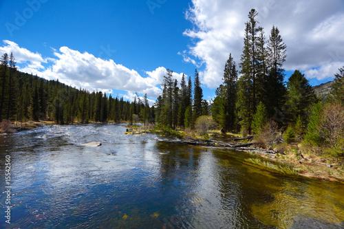 Tuinposter Blauwe hemel mountain river