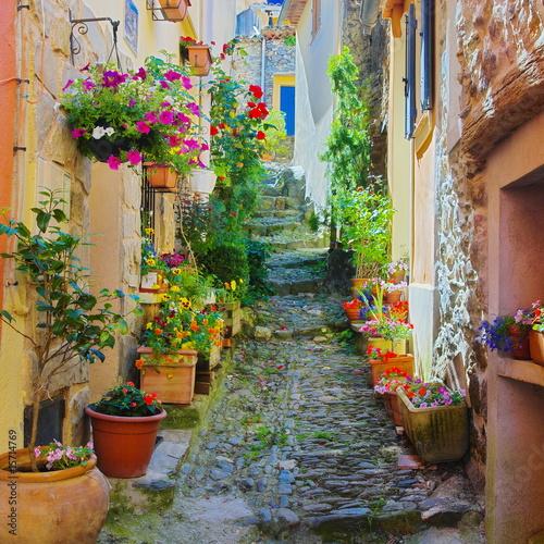 Obraz premium Wąska i kolorowa aleja w wiosce Prowansji