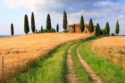 Deurstickers Toscane Wanderweg unter Wolkenhimmel, Haus in der Toskana
