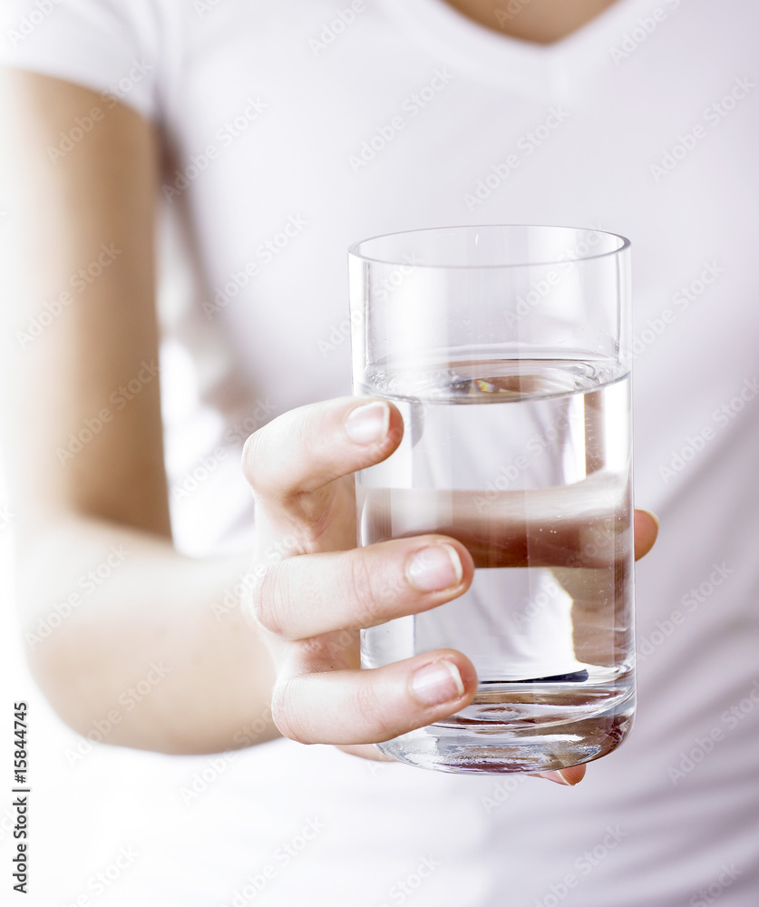 Fototapeta main tenant un verre d'eau